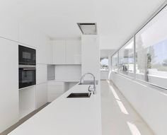 Read Portuguese architecture firm Corpo Atelier designed a house in Vilamoura which shows its close ties to the natural environment in its name alone: five terraces Terraced House, Atelier Loft, Atelier Photo, Loft Interior, Bathroom Interior Design, Garden Architecture, Architecture Design, Kitchen Bar Counter, Interior Minimalista