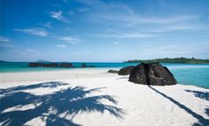 Ko Kham ist eine kleine Insel in der Provinz Trat im Osten Thailands. Das türkisfarbene Wasser vor den flachen Stränden Koh Kams bietet ideale Voraussetzungen für Schnorchler und Badegäste. Hier man wunderschöne Sonnenuntergänge betrachten kann.