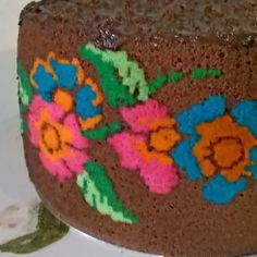 Detalhes mais próximos do Bolo estampado com flores tema bordado ponto cruz!