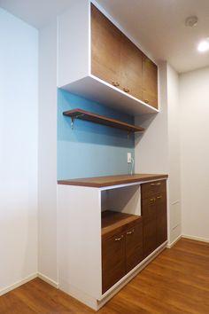 ご要望はキッチン背面の収納と幅が4m以上にもなるダイニングベンチを兼ねたテレビ台の制作で、お部屋のインテリアを地中海を感じさせるテイストにしていく予定とヒアリングの際に仰っていた事をもとにデザインを検討していきました。白をベースに扉のみウォルナットの素材を当て込み、アクセントとして金色の少しデコラティブな取っ手金物をあしらう事で、どことなく海を感じる爽やかさと高級感を感じられる素材感が共存するデザインをご提案しました。 また今回は家具施行だけではなくキッチン収納の壁面を青色に塗装し家具本体だけでなく付随する空間との兼ね合いを調整する事で、より個性の際立つ仕上がりとなりました。
