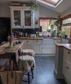 This kitchen just screams cozy at us ? We love the natural and fresh feel of it with all the plants and that natural wood table! Natural Wood Table, Sweet Home, Cuisines Design, Küchen Design, Design Ideas, Royal Design, Modern Design, Cool Kitchens, Small Kitchens