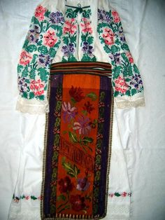 Traditional Romanian folk clothing