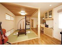 日本蝸居的工藝美學。 帶有古樸意象的外觀,室內承襲現代與和風的平衡美學,在西式的LDK中置入和室與壁龕,配合西式與和風兩種高度設立不同位置的和紙窗,不只席地而坐的和室能享有和紙窗的靜謐,餐桌以及廚房的方向也能感受和風氣息,在細節處讓人品味和洋的美好。 via 木の花ホーム
