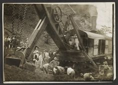 Roosevelt stands aboard a steam shovel during construction of the Panama Canal, Library of Congress Prints and Photographs Division. American War, American History, American Presidents, Theodore Roosevelt Jr, President Roosevelt, Photo Art Gallery, Panama Canal, Beautiful Sites, Library Of Congress