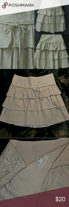 Banana Republic Tiered Ruffle Skirt w/ Embroidery Banana Republic mini skirt w/ three tiers of ruffles on cream/tan linen skirt. Floral embroidery on top. Drawstring. Size 0. Flawless condition. Perfect for Spring & Summer! Banana Republic Skirts Mini