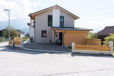 Modernes Haus mit Carport und Erker von Hartl Haus Trends, Garage Doors, Outdoor Decor, Home Decor, Home, Taupe, Decoration Home, Room Decor, Home Interior Design