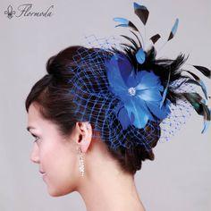 Tocado de fiesta decorado con flor de seda y plumas, centro de pedrería y tul ¡Perfecto para combinar con un traje de fiesta negro! www.flormoda.com