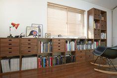 壁一面を使う・家のかたちに合わせる - Stacking Shelf | Compact Life | 無印良品 スタッキングシェルフの魅力は拡張性の高さ。 組み合わせによって収納空間の可能性は一気に広がります。 設置場所や使用目的に合わせたかたちをご紹介します。 家のかたちに合わせる 窓の採光性を最大限に活かすため、シェルフをL字型につなげました。壁の部分には高さのあるシェルフを、窓のある部分には低いシェルフを組み合わせ、住まいに合わせた収納が実現しました。