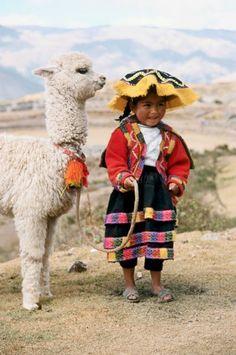 Pequena índia Quechua e sua lhama em Cuzco, Perú.  Fotografia: Michele Burgess.