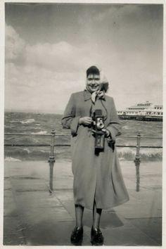 YILDIZ MORAN - Türkiye'nin akademik eğitim almış ilk kadın fotoğrafçısı Yıldız Moran (1932-1995) geniş kapsamlı olarak ilk kez sanatseverlerle 27 Kasım 2013 – 19 Ocak 2014 tarihleri arasında Pera Müzesi'nde buluşuyor. Old Pictures, Old Photos, History Of Photography, Foto Art, Yesterday And Today, Istanbul Turkey, Nostalgia, Old Things, Statue