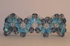 Donkerblauwe en lichtblauwe bloemenpatroon armband gemaakt met 6 mm firepolished beads en afgewerkt met zilveren seed beads