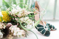 Hochzeiten im Boho-Stil liegen aktuell komplett im Trend - Und das zu Recht. Hier haben wir ein wunderschönes Blumenbouquet mit der passenden Fußbekleidung für den großen Tag, die sich im Boho-Stil perfekt wiederfinden. ____ Fotografie: Stilecht Stylistin: Prinzessinenzauber  #hochzeit #boho #braunschweig #schuhe #floristik Catering, Boho Stil, Table Decorations, Home Decor, Pool Chairs, Getting Married, Flowers, Dekoration, Nice Asses