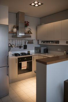 Pokud kuchyne propojena s jidelnou a obyvacim pokojem, tak za zvysenym, nepruhlednym barovym pultem, aby nebyl videt neporadek po vareni.