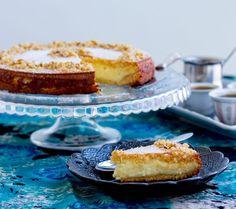 Maamoul är en omtyckt kaka i Mellanöstern som gärna serveras vid högtider. Det är små fyllda kakor, recept på dem hittar du HÄR! Maamoul mad är en annan variant på kakorna som istället görs i en stor kakform, enklare och snabbare att göra än små maamoul. Kakan görs på en mannagrynsdeg som fylls med en krämig fyllning. När kakan är klar serveras den med sirap bredvid. Ljuvlig att servera med en kopp arabiskt kaffe. 10-12 bitar maamoul mad bel ashta 3 dl mannagryn 3 dl vetemjöl 3 dl florsocker… Cake Tower, Whoopie Pies, Bakery Cakes, Fabulous Foods, Cream Cake, Biscotti, Baked Goods, Tiramisu, Cheesecake