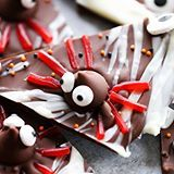 This HERSHEY'S Halloween Spider Bark is a must make this Halloween Holiday. This is a recipe the whole family will enjoy creating and eating together.  It is perfect for parties and gifts and is as cute as it is delicious! #sponsored (Direct link in profile)