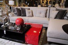 Espectacular juego de sala con seccional y mesa de centro en rojo y negro.