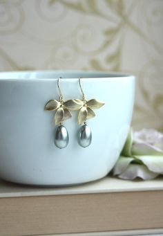♥´¨)  ¸.•´ ¸.•*´¨)  (¸.•´ ♥ ~ Beautiful matte gold plated over brass wild orchid flowers are lovingly complemented with polish crystal glass pearls.