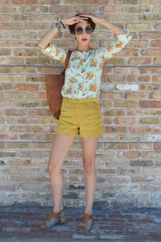 Mustard shorts whith floral jumper and brown tote and flats. #shorts #floralprint #streetstyle