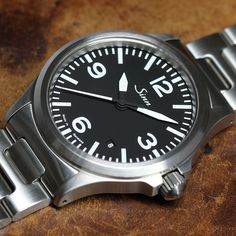Sinn 556 A - A sporty, elegant watch with a sapphire crystal glass. Elegant Watches, Stylish Watches, Beautiful Watches, Cool Watches, Dream Watches, White Watches For Men, Swiss Army Watches, Luxury Watches For Men, Sinn Watch