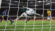 Aun de espaldas al marco, anotó. Minutos antes de que la pelota lo alcanzara, dio media vuelta y la encontró con un taconazo. Ahora tendremos que esperar para saber si esta anotación se convierte en la mejor de la EURO 2012.