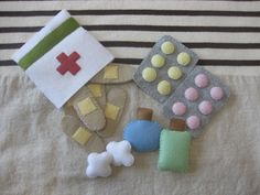 Felt First-Aid Kit Oh no Did your tot s teddy take a tumble Your kiddo will be ready to jump into action and make teddy feel all better with this Felt First-Aid Kit 12 The felt set includes band-aids tablets medicine bottles and cute little cotton balls Doll Crafts, Diy And Crafts, Crafts For Kids, Simple Crafts, Clay Crafts, Sewing Projects, Craft Projects, Craft Ideas, Felt Play Food