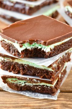 These Mint Chocolate Brownies are easy to make and are a family favorite. Chewy chocolate brownies topped with a cool mint frosting and more chocolate on top, these babies are hard to resist! Brownie Desserts, Brownie Recipes, Just Desserts, Cookie Recipes, Delicious Desserts, Dessert Recipes, Cheesecake Brownies, Fudge Brownies, Bar Recipes