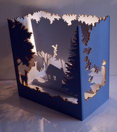 Cette lampe d'ambiance est une création originale et unique. Faite pour être posée sur un meuble, elle est composée de quatre faces découpées, chacune différente et représe - 17128486
