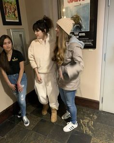 Selena Gomez with Fans in Mammoth Lakes California con Fans en Mammoth Lakes California Selena Gomez With Fans, Selena Gomez Outfits, Mammoth Lakes California, Puma Outfit, Look At Her Now, Sing To Me, Marie Gomez, Estes Park, Queen