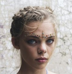 Dare to sparkle - alternative bridal makeup for a festival b Make Carnaval, Costume Carnaval, Festival Outfits, Festival Fashion, Moda Lolita, Face Jewels, Face Gems, Braut Make-up, Festival Makeup