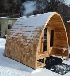 Our Outdoor Pod Sauna is a beautiful sauna option to make your backyard design more appealing. Its round lines give the Traditional Finnish Sauna a very chic and modern look. Diy Sauna, Sauna House, Sauna Room, Saunas, Bungalows, Wood Burning Heaters, Spa Jacuzzi, Barrel Sauna, Outdoor Sauna