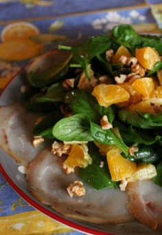 Velocissimo da preparare e super goloso, il pesce spada affumicato con spinacini e arancia è un antipasto oppure può essere considerato anche un secondo.