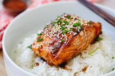 Honey Sriracha Salmon - easy, spicy, sweet, and savory, this glazed salmon recipe is amazing. I cut the Sriracha in half and baked in foil. My family gobbled it up. Fish Recipes, Seafood Recipes, Asian Recipes, Cooking Recipes, Cake Recipes, Recipes Dinner, Easy Delicious Recipes, Yummy Food, Healthy Recipes