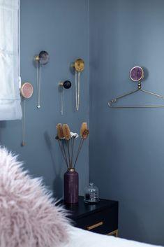 """דירת קבלן בר""""ג פתרון לתליית תכשיטים בחדר השינה Hangers turned to julery hangers in bedroom Bedroom Decor, Dorms Decor, Decorating Bedrooms, Bathrooms Decor"""