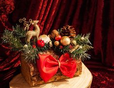 Christmas Gift For You, Christmas Wood, Christmas Wreaths, Log Table, Green Garland, Something Beautiful, Xmas Decorations, Table Centerpieces, Rustic Wood