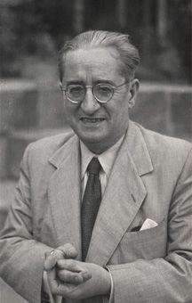 L'any 1951, degut a la mort del seu pare, Ferrater va a Barcelona on comença a professionalitzar com a crític d'art.  En aquesta època, ell manté contacte amb grups artístics de Barcelona, i estableix vincles amb personatges com Carles Riba i descobreix autors alemanys, anglesos...