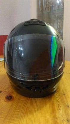 Der Helm ist unbeschädigt, niemals angestoßen oder hingefallen.