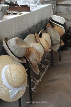 Franse kapstok met hoeden