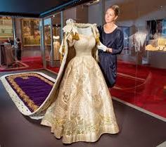 """Résultat de recherche d'images pour """"robes de couronnements des reines de france"""""""