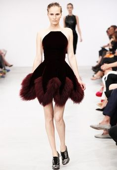 >> After eight years of eschewing the runway, Azzedine Alaia closed out the Fall 2011 couture season. Models in velvet gowns and Mongolian lamb coats Haute Couture Style, Couture Mode, Couture Fashion, Runway Fashion, Love Fashion, High Fashion, Fashion Show, Fashion Design, Azzedine Alaia