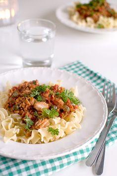 Tonfiskpasta m tomat/kapris, ett snabbt middagstips