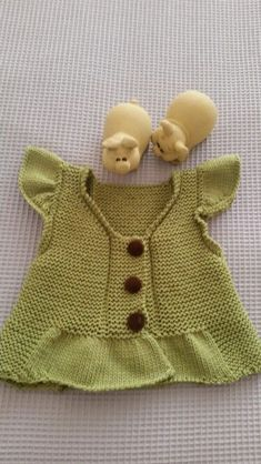 This Pin was discovered by Dür Knitting For Kids, Crochet For Kids, Baby Knitting Patterns, Knitting Stitches, Crochet Baby, Knit Crochet, Knit Baby Dress, Baby Cardigan, Baby Barn