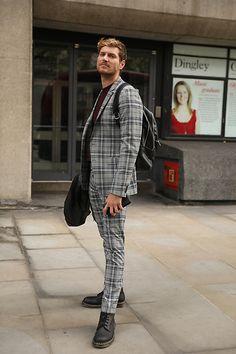 Street Style Leo Faria Londres masculino com conjunto de blazer e calça social zadrez e bota Doctor Martens Normcore, Punk, Fashion, Suit Pants, Big Ben London, Moda, Fasion, Punk Rock, Trendy Fashion