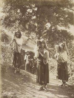 Femmes kabyles allant à la source.jpg....
