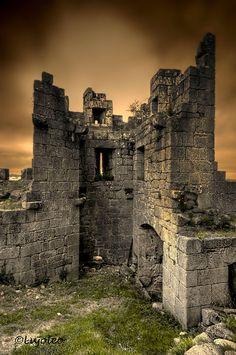 """CASTLES OF SPAIN - Castillo de Castro Caldelas o de los Condes de Lemos (1336), Orense, Galicia. Tuvo un papel activo y relevante en conflictos en la zona durante la Edad Media y más tarde en sucesos como en la revuelta  popular """"Irmandiña"""". En el año 1809 durante la Guerra de la Independencia el general francés Louissón incendia la villa y el castillo como represalia a los ataques de la guerrilla."""