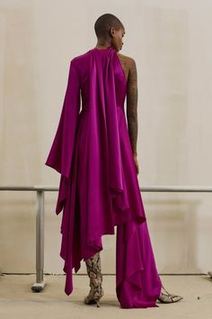 Solace London Pre-Fall 2019 Fashion Show Collection: See the complete Solace London Pre-Fall 2019 collection. Look 10 Couture Fashion, Runway Fashion, High Fashion, Fashion Beauty, Winter Typ, Fashion Show Collection, Models, Feminine Style, Magenta
