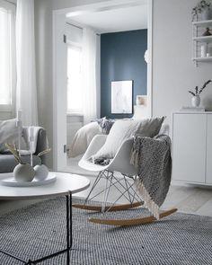 Rauhallisen kaunis ja vaalea sisustus, jonka kruunaa Vitran Eames RAR keinutuoli tekstiileineen. Eames Rar, Roomspiration, Minimalism, New Homes, Bedroom Decor, Dining Table, Lounge, Minimal Chic, Living Room