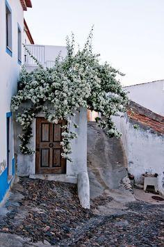 Aljezur, Portugal. Är ett naturreservat i Algarve som består av en stor bergskedja. Staden Aljezur består av små vita hus med mosaik och ett slott. Paradis för surfare pga fina stränder och starka vindar.