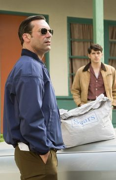 OMG — Is that what a Sears bag looked like in the Don Draper looked totally dapper in this moment from Season 7 of Mad Men. Mad Men Don Draper, Betty Draper, Men Tv, Jon Hamm, Mad World, Mad Men Fashion, Fade To Black, Mode Style