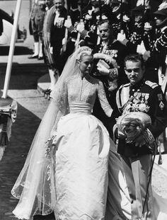 Grace Kelly et Rainier de Monaco mariage robe de mariée http://www.vogue.fr/mariage/inspirations/diaporama/les-plus-belles-robes-de-marie-des-mariages-royaux/21058/carrousel#pour-son-mariage-avec-le-prince-rainier-iii-grace-kelly-optait-pour-une-robe-de-marie-en-soie-brode-de-dentelle-signe-helen-rose