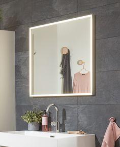 Ook nieuw in ons assortiment zijn deze spiegels met rondom led-verlichting en spiegelverwarming. Handig, zo beslaat de spiegel niet als er gedoucht wordt :)